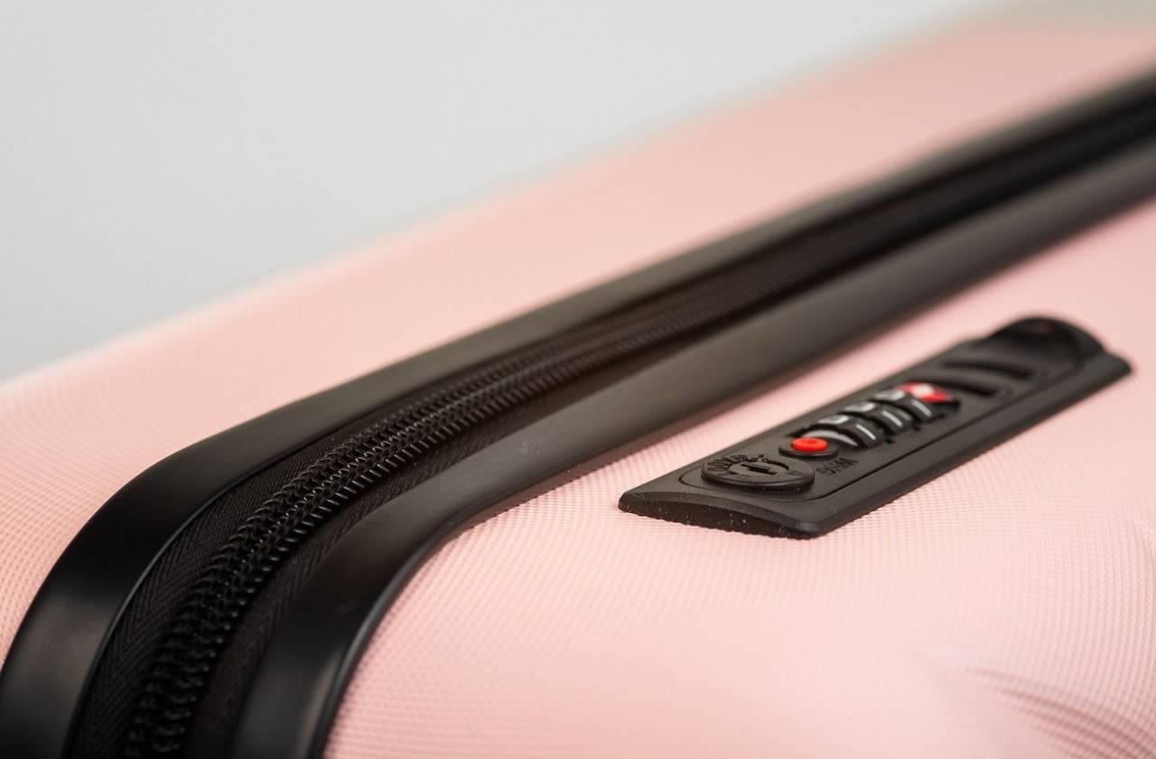 Jak zabezpieczyć walizkę przed lotem na wakacje?